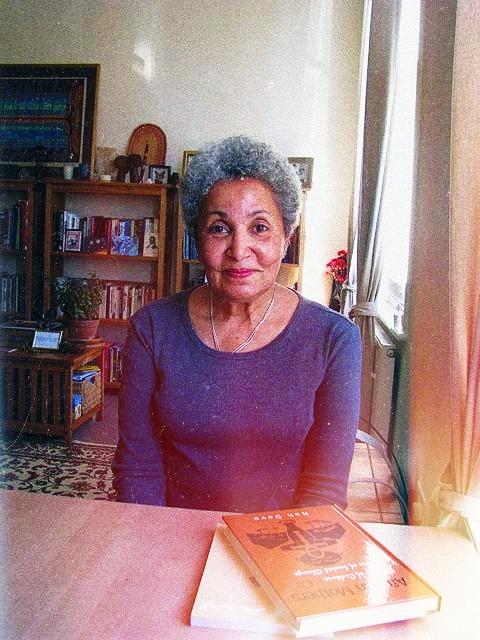 Senhora negra idosa sentada